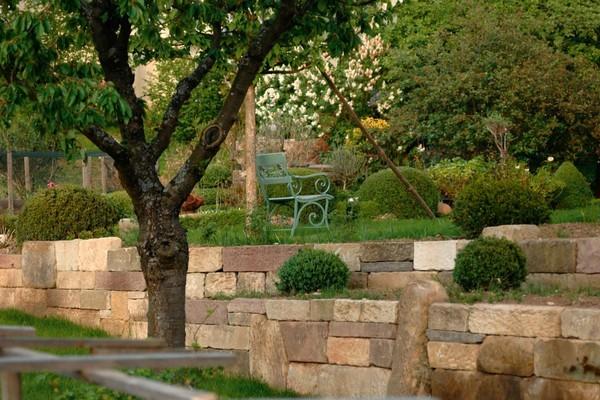 Natursteinmauern bringen eine besondere Atmosphäre in den Garten