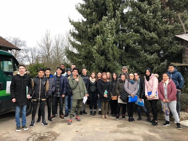 Besuch von der Vorbereitungsklasse der Nürtinger Mörikeschule bei Albrecht Bühler Baum und Garten
