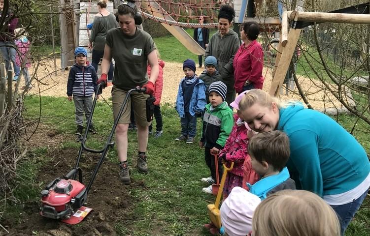 Bodenvorbereitung für Pflanzaktion im Kindergarten