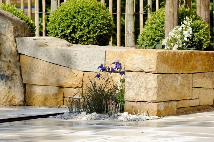 Natursteinmauern als Sitzfläche geeignet