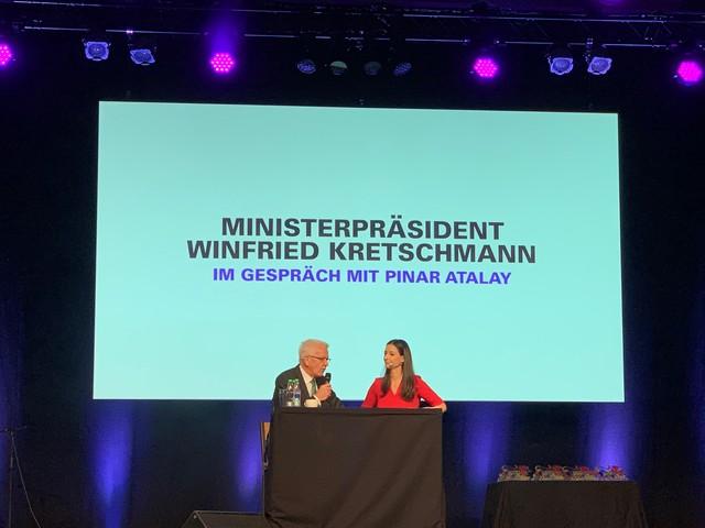 Ministerpräsident Winfried Kretschmann im Gespräch mit Pinar Atalay