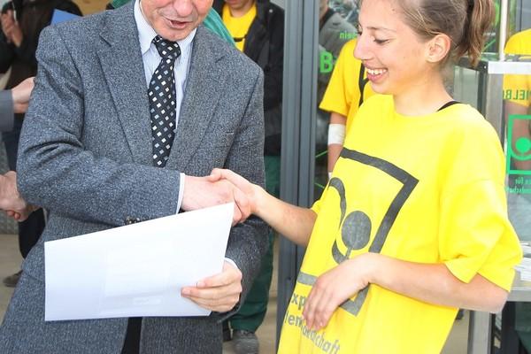 Minister R. Köberle gratuliert Anja Graner