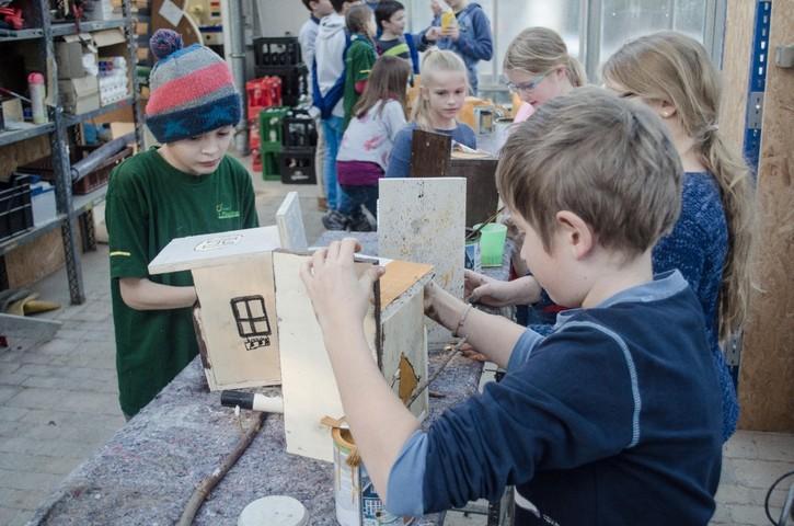 Minigärtner Nürtingen bauen und bemalen Vogelhäuser