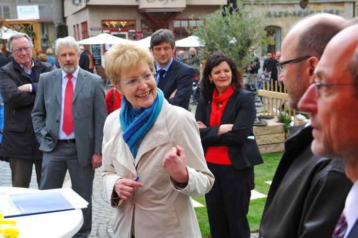 Hilde Cost von der IHK Bezirkskammer Esslingen würdigt das soziale Engagement