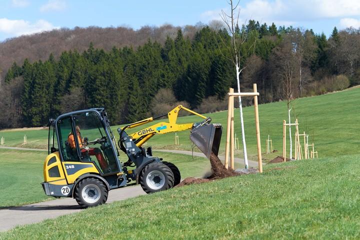 Baumpflanzung Pflanzsubstrat wird verteilt